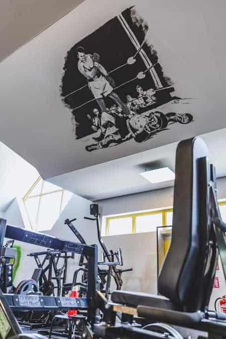 Trainingsgeräte und Boxer-Wandbild, Fitnessstudio Sams Gym